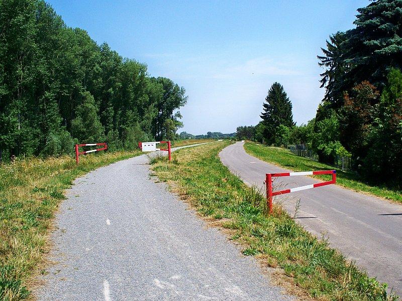 Radweg auf dem Rheindamm bei Rheinhausen