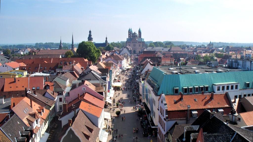 Blick vom Altpörtel auf Maximilianstraße und Dom in Speyer